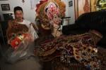 Peserta Solo Batik Carnival (SBC) VII, Ihsanuddin Salam, 16, mengemas kostum batik untuk disimpan di rumahnya, Gentan, Baki, Sukoharjo, Jawa Tengah, Senin (23/6/2014). Menurut peserta yang sudah enam kali tampil dalam karnaval khas Kota Solo tersebut, kostum dapat kembali digunakan untuk karnaval lain setelah disesuaikan temanya. (Ardiansyah Indra Kumala/JIBI/Solopos)