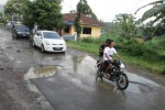 Pengguna jalan melintasi jalan berlubang di Ngargoyoso, Karanganyar, akhir pekan lalu. (Ponco Suseno/JIBI/Solopos)