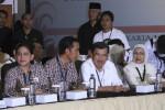 Capres Joko Widodo (dua dari kiri) bersama isteri dan Cawapres Jusuf Kalla bersama isteri memasuki ruang sidang di KPU, Jakarta, Minggu (1/5/2014). Dalam undian tersebut Jokowi yang berpasangan dengan Jusuf Kalla mendapat nomor urut 2 sedangkan Prabowo Subianto yang berpasangan dengan Hatta Rajasa mendapat nomor urut 1. (Abdullah Azzam/JIBI/Bisnis)