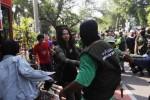 Anggota Jamaah Ansharut Tauhid (JAT) dan Laskar Umat Islam Surakarta (LUIS) membubarkan konser musik yang digelar Slankers Club Solo (SCS) di arena Car Free Day (CFD) Jl Slamet Riyadi, Solo, Jawa Tengah, Minggu (15/6/2014). Pembubaran paksa tersebut berbuntut kericuhan yang mengakibatkan beberapa orang terluka. (Septian Ade Mahendra/JIBI/Solopos)
