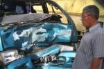 Seorang warga melihat bangkai mobil Espas yang ringsek setelah bertabrakan dengan sepeda motor di ruas Jalan Wonogiri-Purwantoro, tepatnya di Dusun Jetak, Desa Bangsri, Kecamatan Purwantoro. Mobil itu diamankan di satlantas Polres Wonogiri, Kamis (12/6/2014) (Trianto HS/JIIBI/Solopos)