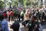 Anggota Jamaah Ansharut Tauhid (JAT) dan Laskar Umat Islam Surakarta (LUIS) membubarkan konser musik yang digelar Slankers Club Solo (SCS) di arena Car Free Day (CFD) Kota Solo, ruas Jl Slamet Riyadi depan Sriwedari, Solo, Jawa Tengah, Minggu (15/6/2014). Pembubaran paksa tersebut mengakibatkan beberapa orang terluka. (Septian Ade Mahendra/JIBI/Solopos)
