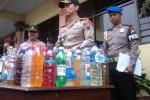 Kapolres Boyolali, AKBP Budi Sartono (tengah) memeriksa botol-botol miras yang disita jajaran kepolisian dari hasil operasi menjelang Pilpres. Foto diambil Jumat (6/6/2014). (Septhia Ryanthie/JIBI/Solopos)