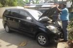 Penyidik Satuan Reskrim Polres Boyolali memeriksa nomor mesin mobil yang diduga dilarikan penyewanya dan kemudian ditemukan di Pasar Ngebong, Kecamatan/Kabupaten Boyolali, Jumat (6/6/2014). (Septhia Ryanthie/JIBI/Solopos)