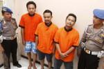Polisi menunjukkan tersangka penyalahgunaan narkoba jenis sabu-sabu Arief Hermawan (kedua dari kiri), Agus Sudarsono (ketiga dari kiri), dan Ari Prasetyo (keempat dari kiri) saat gelar perkara di Mapolresta Solo, Jawa Tengah, Rabu (4/6/2014). Ketiga orang yang merupakan tersangka pengedar dan pengguna narkotika tersebut ditangkap dengan barang bukti delapan paket sabu-sabu, sebuah pesawat telepon seluler merek Nokia, satu unit mobil Honda, sebuah pesawat telepon seluler Samsung, dua pipa kaca, satu bong, sebuah bungkus rokok, dan tas kain warna hitam. (Ardiansyah Indra Kumala/JIBI/Solopos)