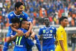 Pemain Persib Bandung, Ferdinand Sinaga, nomor 11, merayakan gol bersama rekan setimnya, Selasa (10/6/2014). (JIBI/SOLOPOS/Antara)