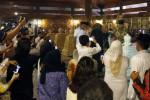 Capres Prabowo Subianto (kanan) menerima karangan bunga dari putri pertama mantan Presiden Soeharto, Siti Hardiyanti Rukmana (tengah) saat ziarah di makam mantan Presiden Soeharto, Astana Giribangun, Matesih, Karanganyar, Minggu (8/6/2014). Turut hadir pada haul mantan Presiden Soeharto tersebut Siti Hediati Heriyadi, Aburizal Bakrie, dan Akbar Tanjung. (JIBI/Solopos/Ardiansyah Indra Kumala)