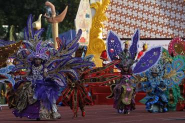 Peserta kirab Solo Batik Carnival (SBC) VII berjalan di Stadion Sriwedari Solo, Minggu (22/6/2014). SBC VII mengambil tema Majestic Treasure yang mengangkat kekuatan motif-motif batik. (Septian Ade Mahendra/JIBI/Solopos)