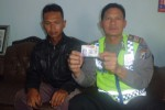 Kasatlantas Polres Boyolali, AKP Alil Rinenggo (kanan) menunjukkan SIM palsu milik Nor Kolis, 31, yang ditangkap saat digelar Operasi Simpatik di Boyolali, Rabu (4/6/2014). (Septhia Ryanthie/JIBI/Solopos)