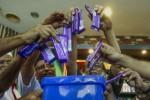 Anggota dari asosiasi pedagang eceran dan grosir membuang cokelat Cadbury ke dalam tempat sampah sebagai bentuk protes. (JIBI/Reuters)