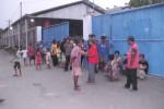 Warga menggelar aski di depan bangunan pabrik PT Pelangi Indah Jaya. (Ivan Andimuhtarom/JIBI/Solopos)