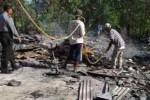 Warga membersihkan puing-puing sisa kebakaran rumah milik Agustinus Sunardi, 52 disaksikan anggota Polsek Giriwoyo, Sabtu (7/6/2014). (Istimewa)