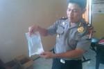 Kapolsek Mlati, Kompol Sarwendo menunjukkan barang bukti alkohol yang ditemukan di dalam bunker di rumah Jumali di Jaten, Tlogoadi Sleman. (Sunartono/JIBI/Harian Jogja)