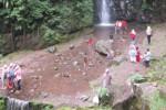 Sejumlah pengunjung berfoto di depan objek wisata Air Terjun Parangijo, Sabtu (28/6/2014). Pengelola mengeluhkan musim padusan dua tahun terakhir, tak seramai tahun-tahun sebelumnya.(Mariyana Ricky P.D./JIBI/Solopos)
