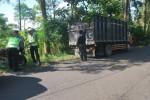 Razia truk pasir di jalur Solo-Selo-Borobudur, Senin (2/6/2014). (Septhia Ryanthie/JIBI/Solopos)