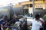 Sejumlah petugas membersihkan sampah-sampah yang ada di Pasar Argosari. Sampah-sampah yang diangkut nantinya akan dibuang di TPA Baleharjo. Kamis (5/6/2014). (David Kurniawan/JIBI/Harian Jogja)