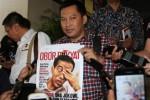 Pemimpin Redaksi Tabloid Obor Rakyat Setiyardi Budiyono (tengah) memegang tabloid Obor Rakyat seusai menjalani pemeriksaan di Bareskrim Mabes Polri, Jakarta, Senin (23/6/2014). (JIBI/Solopos/Antara/dok)
