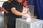 Wawali Kota Jogja, Imam Priyono dan Suryani (istri) memasukkan surat suara usai mencoblos di TPS 18, Kemetiran Kidul, Prenggokusuman, Gedongtengen, Jogja, Rabu (9/7/2014). (Rina Wijayanti/JIBI/Harian Jogja)