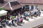 Suasana demo menuntut Sukamto mundur dari jabatan Kadus Dondong di Balai Desa Jetis, Kamis (17/7/2014). (David Kurniawan/JIBI/Harian Jogja)