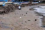Kondisi Pantai Baron yang kotor setelah terkena abrasi, Selasa (15/7/2014) (Kusnul Isti Qomah/JIBI/Harian Jogja).