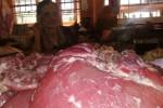 Panijem, penjual daging sapi di Pasar Beringharjo sedang menunggu dagangannya, Jumat (25/7/2014). Harga komoditas daging sapi hingga H-3 masih belum beranjak, dijual Rp105.000 perkg. (Abdul Hamied Razak/JIBI/Harian Jogja).