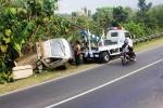 Jajaran Polsek Patuk saat mengevakuasi pikap yang tergelincir di tanjakan Watuondo, Sambipitu, Patuk, Jumat (25/7/2014). (David Kurniawan)