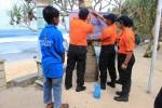 Pemasangan banner peringatan tentang impes di Pantai Kukup, Kemadang, Tanjungsari, Sabtu (26/7/2014). (Kusnul Isti Qomah/JIBI/Harian Jogja)
