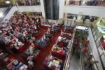 Calon pembeli memilih pakaian pada stan penjualan yang menawarkan diskon di Solo Grand Mall (SGM) Solo, Senin (21/7/2014). Pusat perbelanjaaan tersebut menerapkan potongan harga 50 hingga 70 persen untuk menarik minat masyarakat. (JIBI/Solopos/Septian Ade Mahendra)