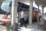 Salah satu bus antarkota antarprovinsi (AKAP) menurunkan penumpang di Terminal Bus Sukoharjo, Kamis (24/7/2014). (Iskandar/JIBI/Solopos)