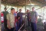 Ketua Astra Affiliated Company (Afco) Solo sekaligus Branch Manager Astra Daihatsu Solo Baru, G. Sigit Suryanto (kanan), menyerahkan 18 ekor kambing secara simbolis kepada kepala dusun setempat, Rabu (16/7/2014). (Bony Eko Wicaksono/JIBI/Solopos)