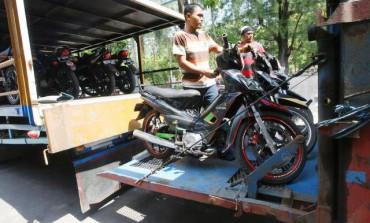 Petugas menata sepeda motor pemudik yang dimuat truk di Kantor Dinas Perhubungan, Komunikasi dan Informatika (Dishubkominfo), Solo,Jawa Tengah, Kamis (31/7/2014). Sepeda motor-sepeda motor itu adalah milik para peserta mudik massal yang disubsidi negara. (Sunaryo Haryo Bayu/JIBI/Solopos)