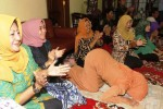 Ibunda Jokowi, Sudjiatmi Notomihardjo, 72, melakukan sujud syukur seusai menyaksikan kemenangan pasangan capres-cawapres Joko Widodo-Jusuf Kalla melalui siaran langsung bersama para kerabat mantan wali kota Solo itu di kediamannya, kawasan Sumber, Banjarsari, Solo, Jawa Tengah, Selasa (22/7/2014) malam. Pasangan Joko Widodo dan Jusuf Kalla ditetapkan oleh KPU sebagai Presiden dan Wakil Presiden terpilih dengan perolehan 70.997.833 suara atau 53,15%. (Ardiansyah Indra Kumala/JIBI/Solopos)