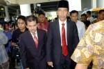 Presiden terpilih Joko Widodo (kanan) berjalan menuju gedung rapat paripurna DPRD DKI Jakarta di Balai Kota DKI Jakarta, Rabu (23/7/2014). Jokowi kembali berkantor di Balai Kota Jakarta untuk menjalankan tugas sebagai gubernur. (Rachman/JIBI/Bisnis)