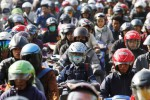Ratusan pengguna jalan terjebak macet di Jl Kiai Mojo, kawasan Jembatan Mojo, Semanggi, Pasar Kliwon, Solo, Kamis (10/7/2014). Kemacetan itu dipicu perbaikan jalan yang dilakukan pemerintah daerah setempat. Kemacetan parah itu mulai terurai setelah sejumlah petugas Dishubkominfo dibantu warga dan polisi mengatur arus lalu lintas. (Ardiansyah Indra Kumala/JIBI/Solopos)