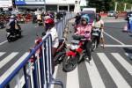 Sejumlah warga pengendara sepeda motor menggunakan area zebra cross untuk memutar arah di Jl Urip Sumoharjo, Pasar Gede, Solo, Jawa Tengah, Rabu (2/7/2014). Meskipun terpasang separator, marka kuning, dan paku jalan, sejumlah pengguna jalan masih saja mengabaikan larangan untuk menyeberang dan memutar arah di kawasan tersebut. (Ardiansyah Indra Kumala/JIBI/Solopos)