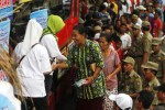 FOTO LEBARAN 2014 : Kagama Berbagi Sarung Lebaran di Solo
