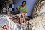 Perajin menyelesaikan pembuatan keranjang parcel Lebaran di Gatak, Sukoharjo, Jawa Tengah, Senin (14/7/2014). Keranjang parcel yang dijual dengan harga Rp7.500 hingga Rp30.000 itu hanya dibuat warga menjelang Lebaran, Natal, dan Tahun Baru. (Septian Ade Mahendra/JIBI/Solopos)