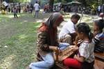 Para pengunjung Taman Balekambang, Solo, Jawa Tengah berhadapan mengapit dakon untuk bermain congklak, Rabu (30/7/2014). Aktivitas itu mereka lakukan di stan Permainan Tempo Dulu saat diselenggarakan Bakdan Ing Balekambang di taman kota itu. Stan permainan tersebut dibuka untuk mengingatkan warga tentang permainan tradisional sekaligus meramaikan musim libur Lebaran 2014 yang berlangsung hingga Minggu (3/7/2014). (Ardiansyah Indra Kumala/JIBI/Solopos)