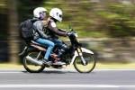 Dua pemudik berboncengan sepeda motor melintasi Jembatan Bantar di perbatasan Kulonporgo, Selasa (22/07/2014). (Desi Suryanto/JIBI/Harian Jogja)