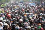 Pemudik bersepeda motor memadati jalur Karawang-Cikampek, tepatnya di wilayah Desa Lamaran, Karawang, Jawa Barat, Sabtu (26/7/2014). Arus mudik kendaraan roda dua itu diperkirakan mengalami puncak kepadatan pada Sabtu malam ini hingga Minggu, (27/7/2014) besok dengan volume sekitar 9.000 kendaraan per jam. (Nurul Hidayat/JIBI/Bisnis)