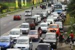 Deretan mobil dan sepeda motor terjebak macet di jalur jalan Semarang-Solo, wilayah Kabupaten Boyolali, Jawa Tengah, Sabtu (27/7/2014). Bertambahnya volume kendaraan munuju Jawa Tengah dan Jawa Timur membuat jalur jalan tersebut padat dengan kendaraan sehingga setiap kendaraan hanya bisa melaju rata-rata 5km/jam-10 km/jam. (Abdullah Azzam/JIBI/Bisnis)