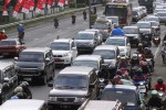 Ratusan kendaraan bermotor terjebak kemacetan di jalur jalan Solo-Semarang, kawasan gapura perbatasan Sukoharjo-Boyolali, Sabtu (26/7/2014). Kemacetan arus mudik Lebaran 2014 tersebut mulai terurai menjelang sore hari. (Ardiansyah Indra Kumala/JIBI/Solopos)