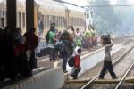 Pemudik yang menggunakan kereta api tambahan Lebaran Jaka Tingkir tiba di Stasiun Purwosari, Solo, Jawa Tengah, Kamis (24/7/2014). Menurut petugas stasiun setempat, kereta api yang melayani rute Pasar Senen-Purwosari dengan 848 tempat duduk tersebut menurunkan sebanyak 154 pemudik di stasiun tersebut. (Ardiansyah Indra Kumala/JIBI/Solopos)