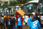 Calon pemudik bersama PT Perusahaan Gas Negara Tbk. (PGN) bersiap menaiki bus sebelum berangkat dari Jakarta, Jumat (25/7/2014). Menjelang Lebaran 2014 ini, PGN menyediakan 61 unit bus untuk memulangkan 2.520 perantau di Jakarta dan sekitarnya ke kampung halaman masing-masing. (Dwi Prasetya/JIBI/Bisnis)