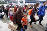 Pemudik tiba di tempat kedatangan penumpang Terminal Tirtonadi, Banjarsari, Solo, Jawa Tengah, Sabtu (26/7/2014). Meskipun Sabtu ini merupakan puncak arus mudik Lebaran 2014, namun tidak ada penumpukan antrean bus pemudik. Petugas UPTD Terminal Tirtonadi mengungkapkan selain kondisi terminal yang lebih luas, hal tersebut dikarenakan imbas dari rusaknya Jembatan Comal, Pemalang yang membuat sebagian besar angkutan Lebaran 2014 melintasi jalur selatan Pulau Jawa. (Ardiansyah Indra Kumala/JIBI/Solopos)