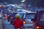 Sejumlah kendaraan berjalan merayap di kawasan hutan Saradan, Kabupaten Madiun, Jawa Timur, Selasa (29/7/2014). Pada H+2 Lebaran, ribuan kendaraan memadati jalur Surabaya menuju Solo, dan di sejumlah titik mengalami kemacetan.(Solopos/JIBI/Antara/Siswowidodo)