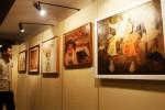 Eka Sulistiyo, 20, mengamati lukisan yang dipamerkan dengan tema Indonesia Indah di Lorin Solo Hotel, Colomadu, Karanganyar, Jawa Tengah, Sabtu (26/7/2014). Pameran seni rupa karya 34 seniman Jogja tersebut menampilkan 60 lukisan yang dipamerkan hingga Minggu (10/8/2014). (Ardiansyah Indra Kumala/JIBI/Solopos)