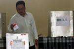 Seorang warga memasukkan surat suara seusai melakukan pemungutan suara ulang Pemilihan Umum Presiden dan Wakil Presiden (Pilpres) 2014 di Tempat Pemungutan Suara (TPS) 56, Desa Ngestiharjo, Bantul, Daerah Istimewa Yogyakarta (DIY), Minggu (13/7/2014). Tiga TPS di desa tersebut melakukan pencoblosan ulang karena terdapat warga yang tidak berhak memilih namun ikut mencoblos pada hari pemungutan suara pemilu presiden, Rabu (9/7/2014) lalu.
