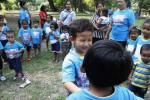 Siswa peserta ajar di TKB PPA IO 935 Ngadisono Solo bermain tebak teman dengan mata tertutup di Taman Balekambang, Solo, Jawa Tengah, Jumat (11/7/2014). Permainan tersebut merupakan bagian dari acara perpisahan siswa yang akan melanjutkan ke jenjang pendidikan sekolah dasar. (Septian Ade Mahendra/JIBI/Solopos)