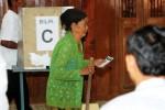 Warga menggunakan hak suara pada pemungutan suara ulang di Tempat Pemungutan Suara (TPS) 1 Dukuh, Mojolaban, Sukoharjo, Kamis (17/7/2014). Pemungutan suara ulang tersebut digelar karena adanya dugaan pelanggaran pidana pemilu yang dilakukan anggota kelompok penyelenggara pemungutan suara (KPPS) pada Pemilihan Umum Presiden dan Wakil Presiden (Pilpres) 2014, Rabu (9/7/2014) lalu. (Burhan Aris Nugraha/JIBI/Solopos)